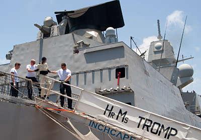 Marineforum - TROMP  übergibt mutmaßliche Piraten (Foto: niederl. Marine)
