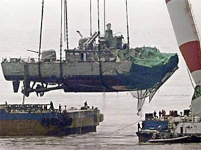 Marineforum - Kran hebt Heckteil der CHEON AN auf einen Ponton (Foto: offiziell)