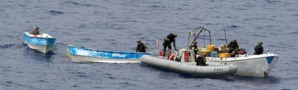 Marineforum - GELIBOLU Boardingteam mit Piratenbooten (Foto: NATO)