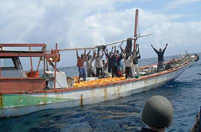 Marineforum - GALICIA stoppt verdächtige Dhau (Foto: EU NavFor)