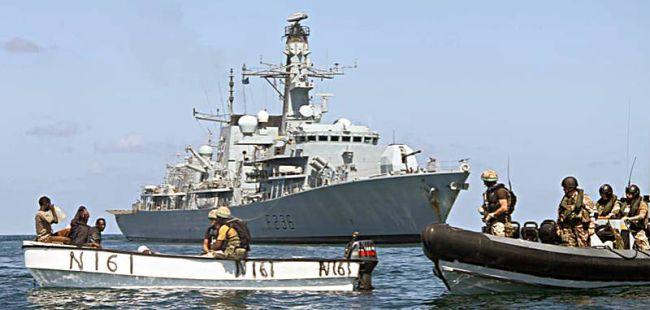 Marineforum - MONTROSE bringt ein Skiff auf (Foto: NATO)