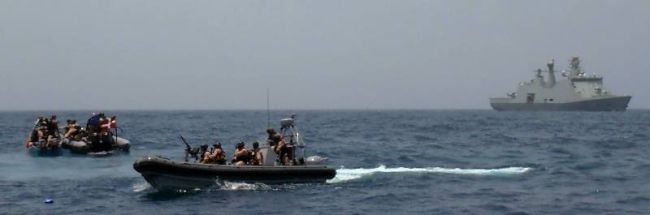 Marineforum - ESBERN SNARE stellt mutmaßliche Piraten (Foto: NATO)