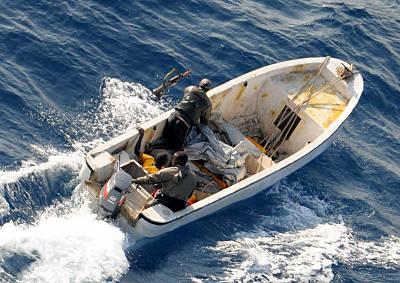 Marineforum - Flüchtende Piraten werfen Waffen über Bord (Foto: NATO)