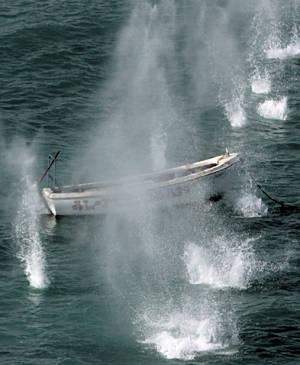 Marineforum - MONTROSE-Hubschrauber versenkt Piratenboot (Foto: NATO)
