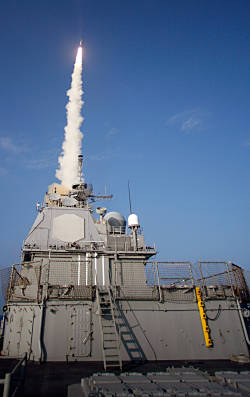 US Kreuzer LAKE ERIE feuert SM-3 (Foto: US Navy)