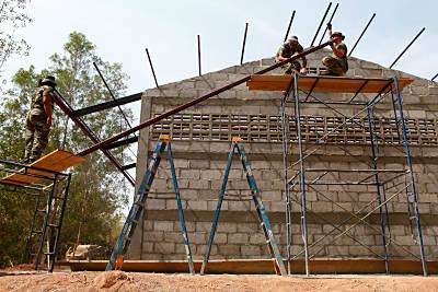 Marineforum - US Soldaten bauen eine Schule (Foto: US Navy)