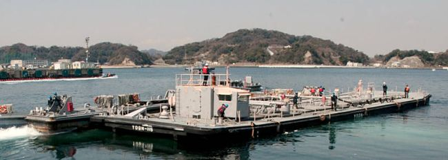 Marineforum - Kraftstoffschute bringt Wasser nach Fukushima (Foto: US Navy)