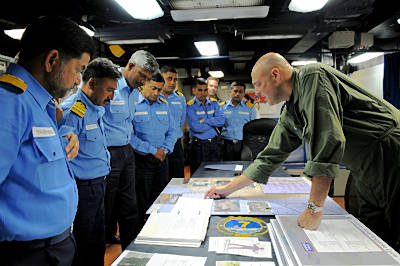 Marineforum - Indische Offiziere auf der RONALD REAGAN (Foto: US Navy)