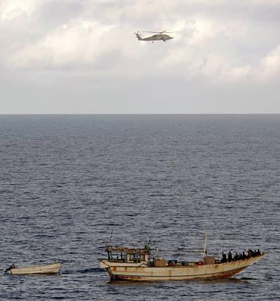 Marineforum - Hubschrauber der BUNKER HILL stoppt Dhau (Foto: US Navy)