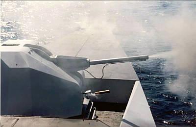 Marineforum - COURBET feuert ihr 100-mm Geschütz (Foto: franz. Marine)