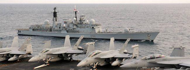 Marineforum - 'Feindliche' GLOUCESTER direkt neben der GEORGE BUSH (Foto: US Navy)