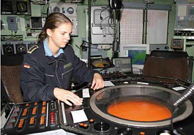 - Soldatin in der OPZ eines Kriegsschiffes (Foto: PIZ Marine)