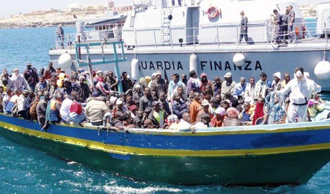 - Flüchtlingsboot vor Lampedusa (Foto: ital.  Küstenwache)