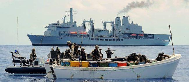 Marineforum - FORT VICTORIA fängt Piraten ab (Foto: NATO)