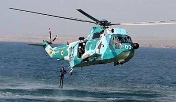 Marineforum - Hubschrauber setzt Kampftaucher ab (Foto: offz/ FARS)