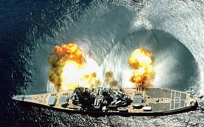 IOWA feuert Breitseite mit Hauptgeschützen (Foto: US Navy)
